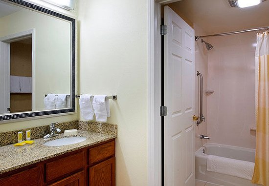 North Dartmouth, MA: Guest Bathroom