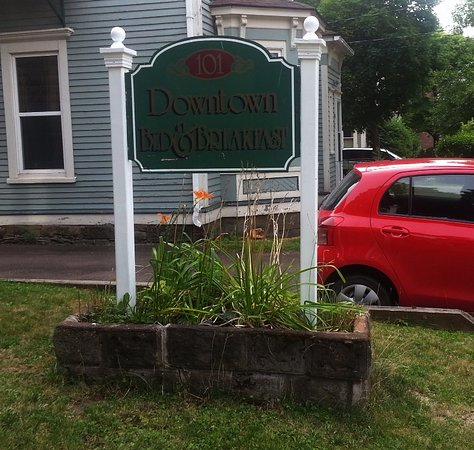 Downtown Bed &  Breakfast : The sign on the lawn.