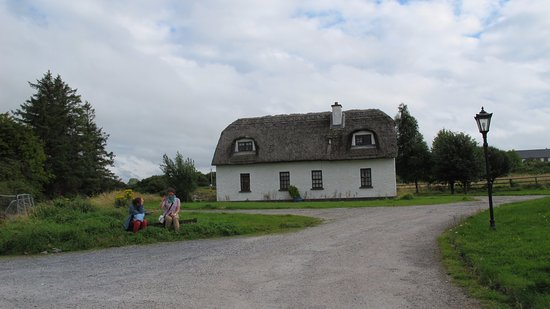 Кинвара, Ирландия: Thatched cottage accessed from Car park.