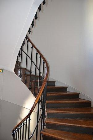 Montée d\'escalier pleine de charme - Picture of Hotel Regina, Berck ...