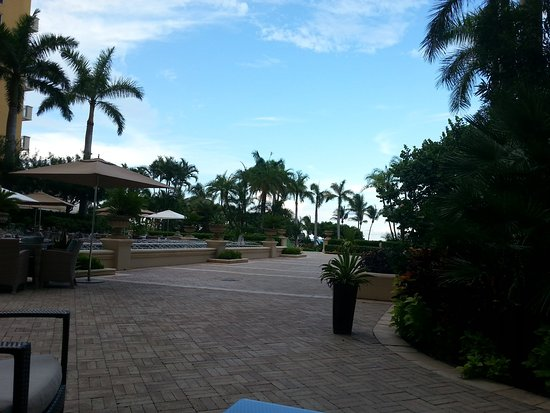 The Ritz-Carlton Key Biscayne, Miami: Area where breakfast is served (outdoor)