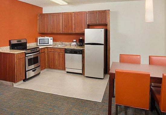 White Plains, Нью-Йорк: Larger One-Bedroom Suite - Kitchen