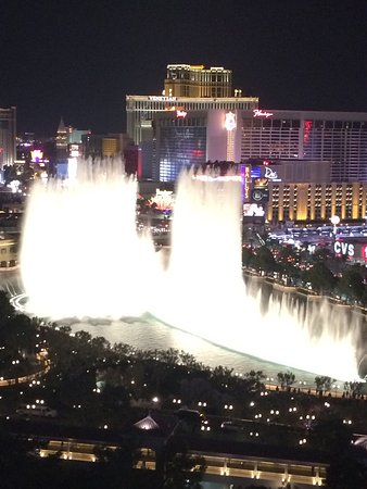 Fontaines du Bellagio : Spectacular view of the fountain from our balcony at the Cosmopolitan