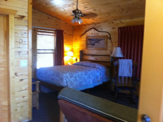 Fireside Inn & Cabins: our sweet cabin - decorated to a T and so comfortable! Kitchenette was perfect for us all