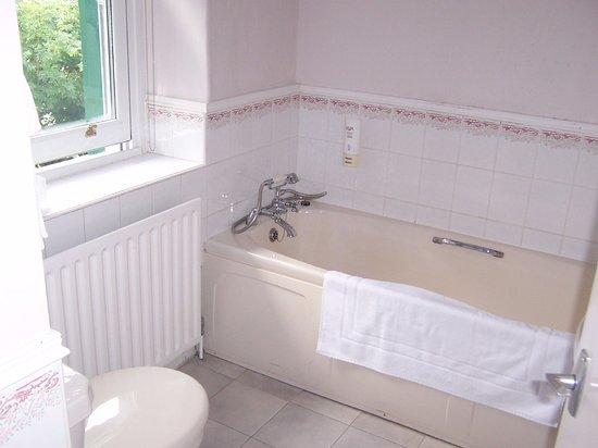 Kettlewell, UK: Bathroom - bath with hand-held shower