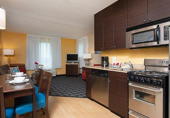 Johnston, Αϊόβα: Two-Bedroom Suite - Kitchen