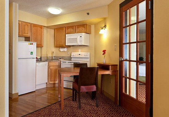 Newark, DE: One-Bedroom Suite Kitchen