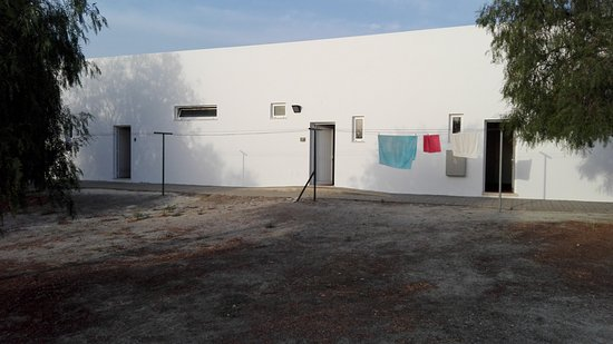 Castro Verde, Portugal: wc, duches e zona de máquinas. estendal frente às portas