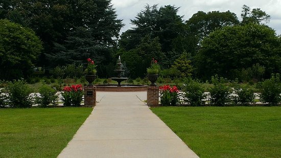 Memphis Botanic Garden: Most Well Groomed Section Of The Park
