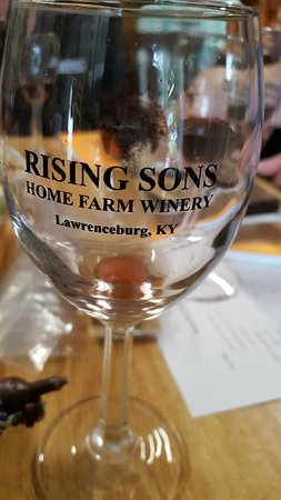Lawrenceburg, KY: You get either a stemmed of non-stemmed glass to keep with tasting