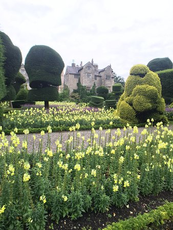 Kendal, UK: Topiary gardens and Hall