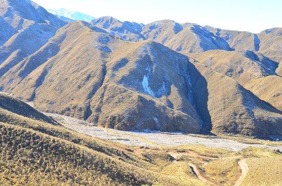Chilecito, Argentina: El Río Amarillo serpenteando allá abajo.