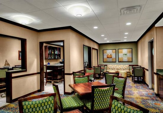 Milford, CT: Bar & Lounge Sitting Area