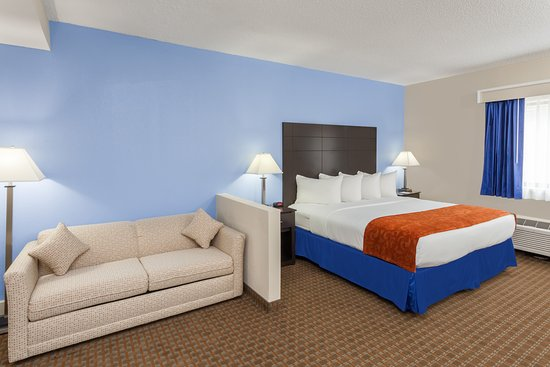 Baymont Inn & Suites Mundelein Libertyville Area: King Suite with Sleeper Sofa