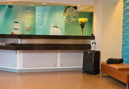 SpringHill Suites Fairbanks: Front Desk