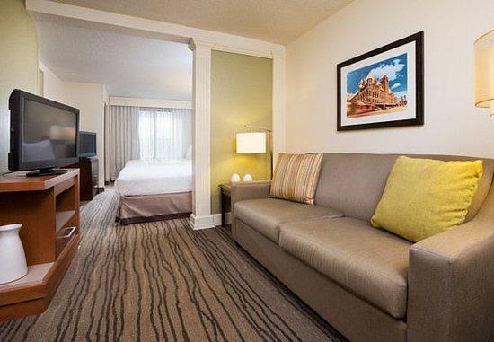 Saint Louis Park, MN: Queen/Queen Suite Living Area