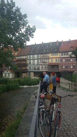 Krämerbrücke: Δίπλα στο ποτάμι!