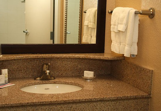 Morgantown, WV: Suite Bathroom