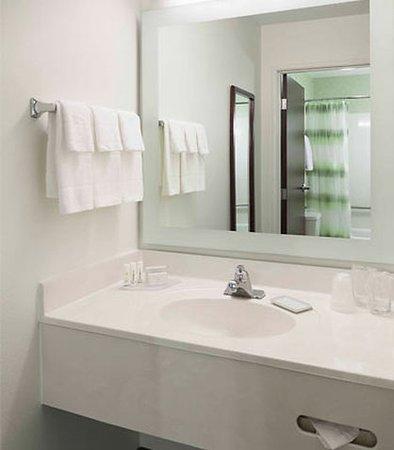 Overland Park, KS: Suite Bathroom