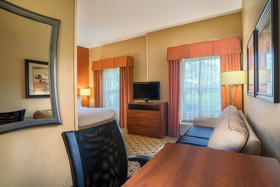 Huntersville, Carolina del Norte: Hearing Accessible Queen Suite with microwave and fridge