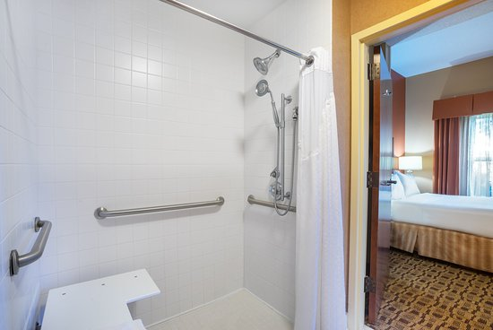 Ηuntersville, Βόρεια Καρολίνα: Our Accessible room is well-equipped with roll in shower/seat