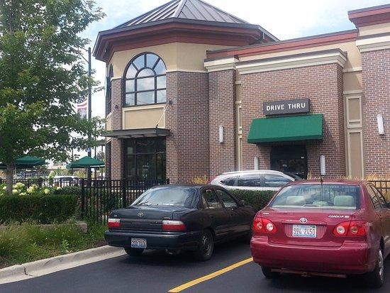 ไนล์, อิลลินอยส์: Corner entrance and drive-thru for Starbucks from parking lot