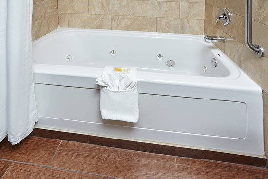 Matteson, IL: Two Suite Guest Bathroom with jetted tub