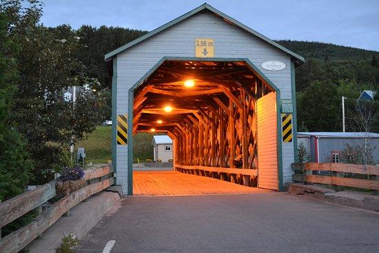 L'Anse-Saint-Jean, Canadá: Pont en bois couvert