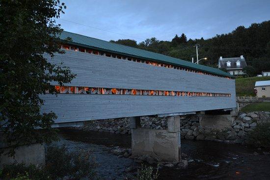 L'Anse-Saint-Jean, Canada: Pont en bois couvert