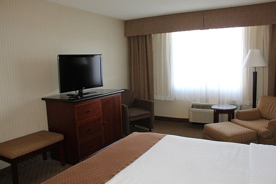 Lakewood, Colorado: Suites include a king bedroom and separate living area