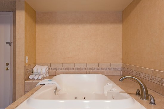 Colton, Californien: Relax in our Jacuzzi Suite