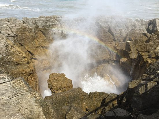 Punakaiki, New Zealand: Rainbow over the blow hole made a perfect photo opportunity