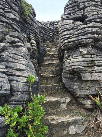 Punakaiki, New Zealand: Stairs through the pancake rocks
