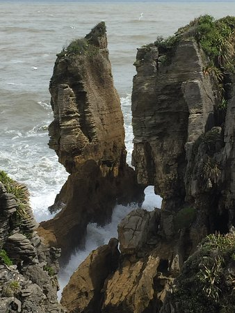 Punakaiki, New Zealand: Reminded me of the rocks from the Goonie when the ship leaves the cave
