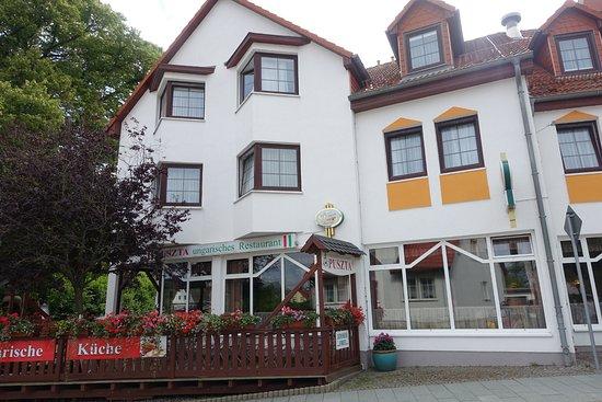Hotel Am Markt: Hotellet i Sagard sett fra andre siden av veien,