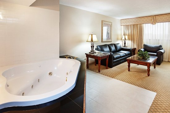 Johnson City, TN: 1 King Bed Honeymoon Suite With Jacuzzi