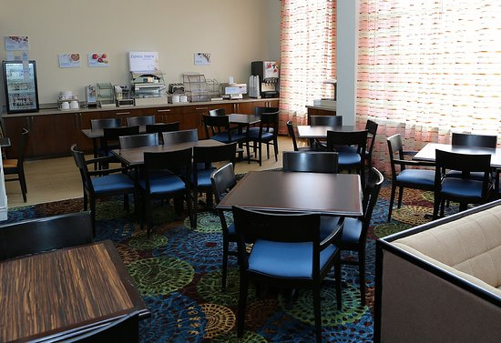Holiday Inn Express Hotel & Suites Auburn : Breakfast Bar