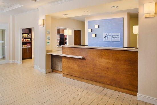 Holiday Inn Express Hotel & Suites Auburn : Front Desk