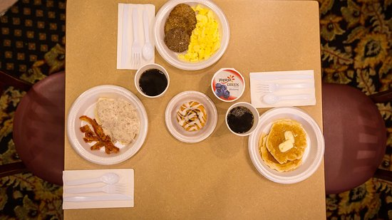 Grass Valley, CA: We offer multiple hot breakfast items at the free Breakfast Bar