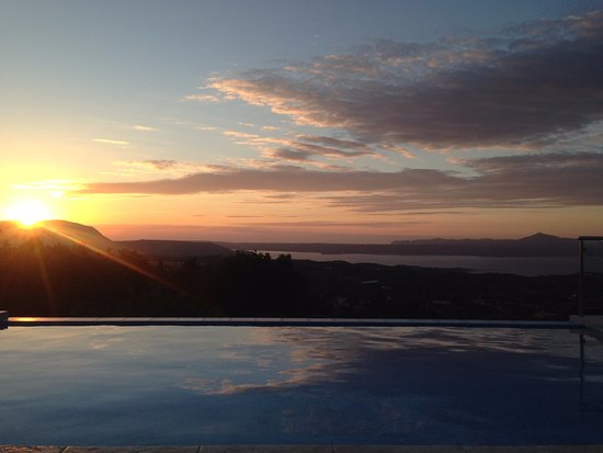 Vamos, Grecia: Beautiful sunset over Souda Bay from the pool