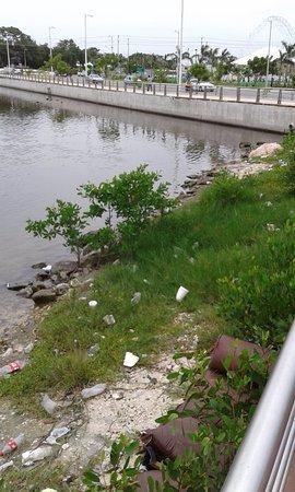 Campeche, Mexique : Mas basura acumulada cerca de pescaderia