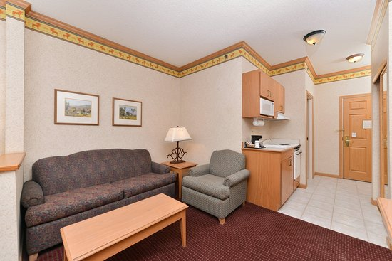 Holiday Inn Express & Suites Elko Suite living & Kitchenette area