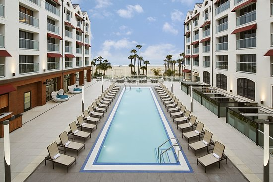 Loews Santa Monica Beach Hotel: Pool Day