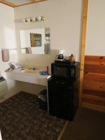 سبرينج كريك إن: amenities included with room - fridge & microwave