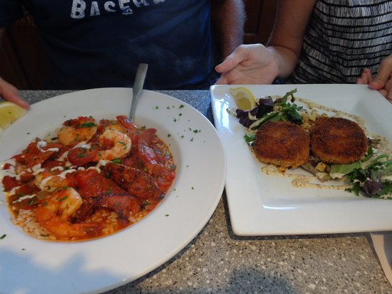 Fairhaven, MA: Linguine in spicy sauce with shrimp & linguiça; & crab cakes