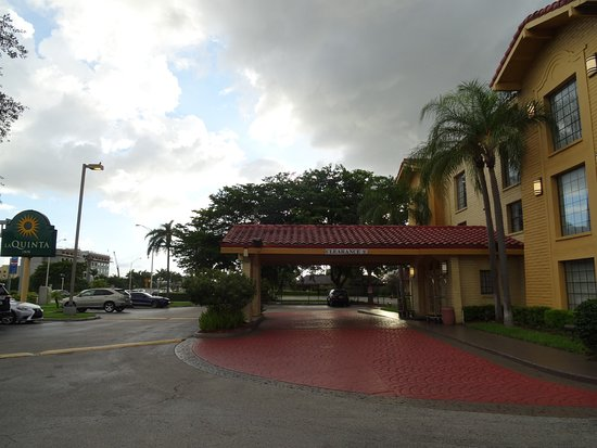 La Quinta Inn Miami Airport North: Entry with ample parking!