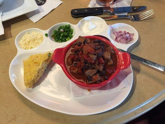 Herndon, Wirginia: Bowl of chili with cornbread and add-ins.