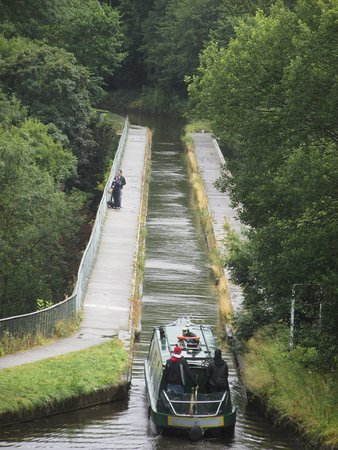 Chirk, UK: Boat entering the aqueduct