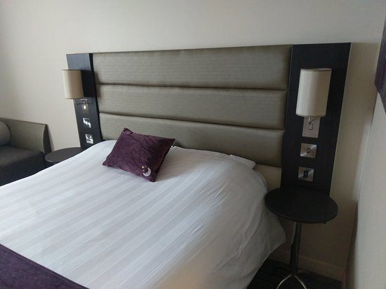Premier Inn London Edgware Hotel: Bcomfy bed, bedside socket and USB