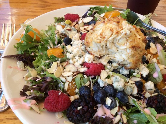 Chesapeake City, MD: Berry Salad with Broiled Crab Cake was excellent!